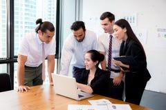 Biznes drużyna ma spotkania używa laptop podczas spotkania i teraźniejszość Zdjęcie Royalty Free