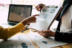Biznes drużyna pracuje na księgowość dokumentach t i drużyny pracie obrazy stock