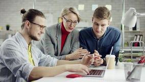 Biznes drużyna pracuje wpólnie młodzi ludzie cieszy się, millennials grupuje opowiadać mieć zabawę w wygodnym biurze, dobrym zbiory