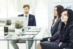 Biznes drużyna przy pracy spotkaniem dyskutuje pieniężnych dokumenty obrazy royalty free