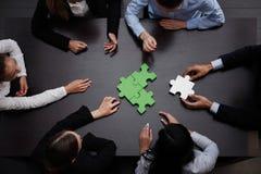 Biznes drużyna rozwiązuje łamigłówkę Zdjęcie Stock