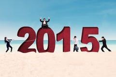 Biznes drużyna układa liczbę 2015 Zdjęcia Royalty Free