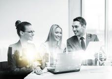 Biznes drużyna z laptopem ma spotkania przy biurem obraz royalty free
