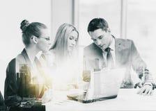 Biznes drużyna z laptopem ma spotkania przy biurem obrazy stock