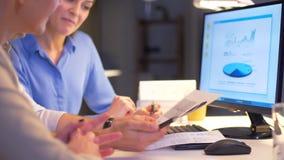 Biznes drużyna z mapami pracuje póżno przy biurem zbiory