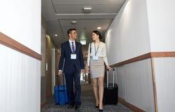 Biznes drużyna z podróżą zdojest przy hotelowym korytarzem Zdjęcie Royalty Free