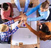 Biznes drużyna z ręk wpólnie - prac zespołowych pojęciami Obrazy Royalty Free