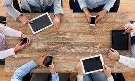 Biznes drużyna z smartphones i pastylka komputerem osobistym