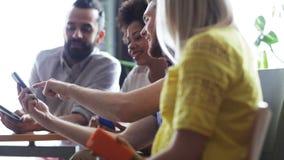 Biznes drużyna z smartphones i pastylka komputerem osobistym zdjęcie wideo