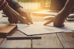 Biznes drużynowa analiza z pieniężnym wykresem przy biurem zdjęcie royalty free