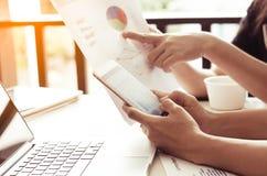 Biznes drużynowa analiza z pieniężnym wykresem przy biurem, miejsce pracy fotografia stock