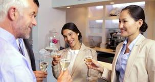 Biznes drużynowa odświętność po pracy i pić wina zbiory