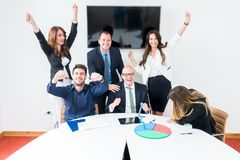 Biznes drużynowa odświętność w biurze zdjęcie stock