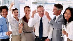 Biznes drużynowa odświętność z szampanem zdjęcie wideo