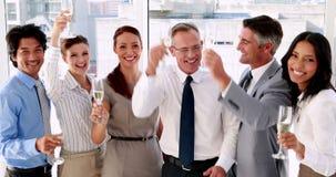 Biznes drużynowa odświętność z szampanem zbiory wideo