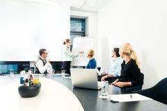 Biznes - drużynowa prezentacja na whiteboard Zdjęcia Stock