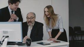 Biznes drużynowy bardzo raduje się i szczęśliwy monitorowanie komputer osobisty 4K zbiory