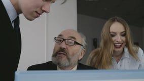 Biznes drużynowy bardzo raduje się i szczęśliwy monitorowanie komputer osobisty 4K zdjęcie wideo