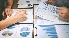 Biznes drużyny dwa koledzy robi rozmowie z partner prezentacji projektem przy spotkania działaniem i analizuje, pomysł obrazy stock