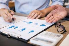 Biznes drużyny dwa kolegów wykonawczy dyskutować w i analiza fotografia stock