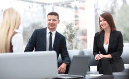 Biznes drużyna dyskutuje biznesowych zagadnienia w biurze Obrazy Stock