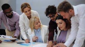 Biznes drużyna dyskutuje zielonego energetycznego projekt zdjęcie wideo