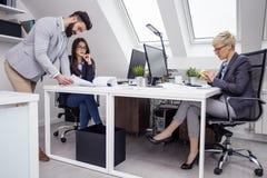 Biznes drużyna w biurze na pracie obrazy royalty free