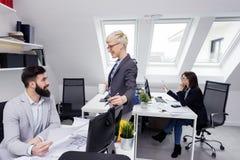Biznes drużyna w biurze na pracie fotografia royalty free
