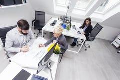 Biznes drużyna w biurze na pracie zdjęcie stock