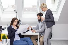 Biznes drużyna w biurze na pracie obraz royalty free