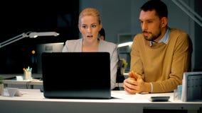 Biznes drużyna z laptopem i kartotekami przy ciemnym biurem zbiory