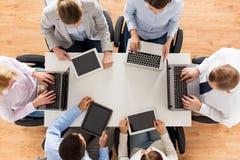 Biznes drużyna z laptopu i pastylki komputerem osobistym Zdjęcia Stock