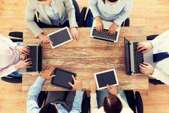 Biznes drużyna z laptopu i pastylki komputerem osobistym Fotografia Stock