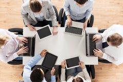 Biznes drużyna z laptopu i pastylki komputerem osobistym Zdjęcie Stock