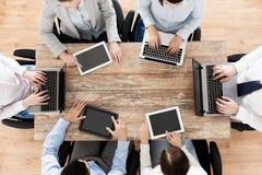 Biznes drużyna z laptopu i pastylki komputerem osobistym Obrazy Stock
