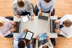 Biznes drużyna z laptopu i pastylki komputeru osobistego komputerami Zdjęcia Stock