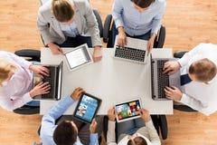 Biznes drużyna z laptopu i pastylki komputeru osobistego komputerami Fotografia Royalty Free