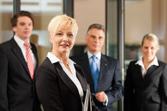 Biznes drużyna z liderem w biurze Zdjęcia Royalty Free