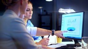 Biznes dru?yna z mapami pracuje p??no przy biurem zdjęcie wideo