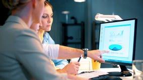 Biznes drużyna z mapami pracuje przy nocy biurem zbiory wideo