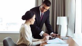 Biznes drużyna z papierami i pastylka komputer osobisty przy hotelem zbiory