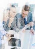 Biznes drużyna z pastylka komputerem osobistym ma dyskusję Obraz Stock