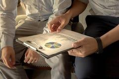 Biznes dyskusi przerwy pojęcia Drużynowy zakończenie up przy mapami zdjęcie stock