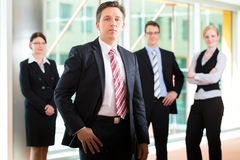 Biznes - grupa biznesmeni w biurze Obrazy Royalty Free