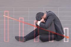Biznes gubjący zyskuje, biznesmena obsiadanie na przejściu, odczucie Zdjęcie Stock