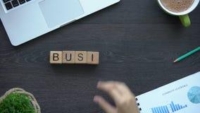 Biznes, kobieta robi słowu sześciany, teambuilding i współpraca, uruchomienie zdjęcie wideo