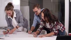 Biznes, ludzie i pracy zespołowej pojęcie, - caucasian młoda biznes drużyna spotyka w biurze z papierami, robi ocenom w zbiory