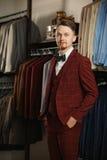 Biznes, ludzie, menswear, sprzedaż i odzieżowy pojęcie, - szczęśliwy młody biznesmen nad sklepu odzieżowego tłem Zdjęcie Royalty Free
