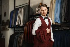 Biznes, ludzie, menswear, sprzedaż i odzieżowy pojęcie, - szczęśliwy młody biznesmen nad sklepu odzieżowego tłem Fotografia Stock
