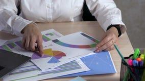 Biznes, ludzie, papierkowa robota, statystyki i technologii pojęcie, - biznesmen ręki z laptopu i papierów pracować zbiory